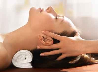 tête d'une femme recevant un massage shiatsu crânien